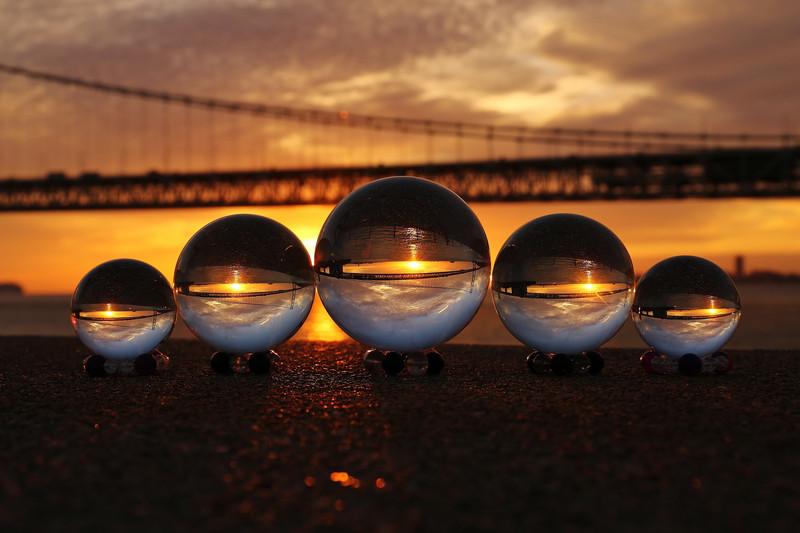 橋に映るガラス玉